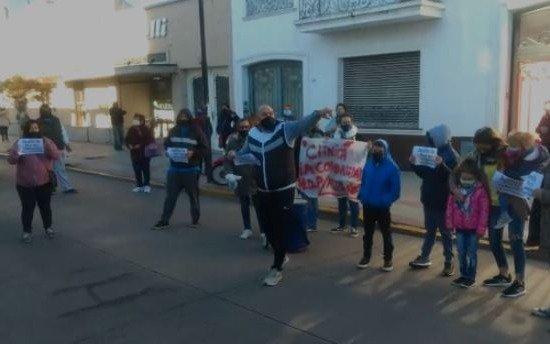 """Furia vecinal en una clínica de Ensenada: piden """"justicia"""" por pacientes fallecidos"""