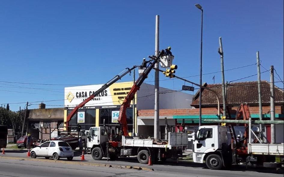 EDELAP coloca nuevas columnas de hormigón en los tendidos eléctricos troncales