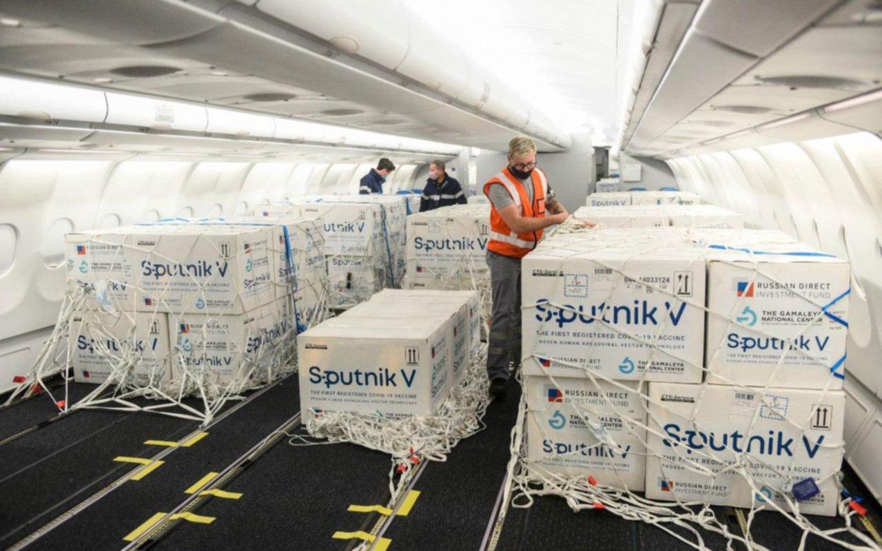 Confirman que el avión de Aerolíneas arribará a la madrugada con 500 mil dosis de Sputnik V