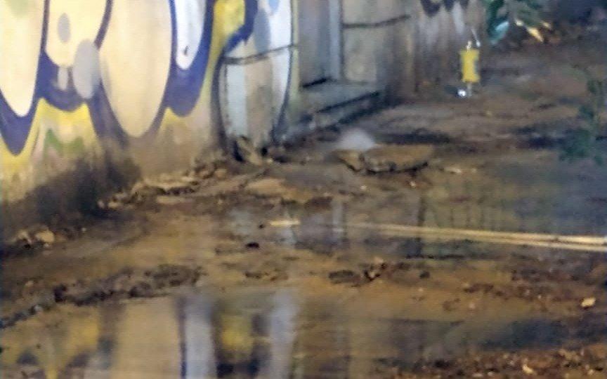 Una pérdida de agua sin fin en 3 y 44: charcos y derroche