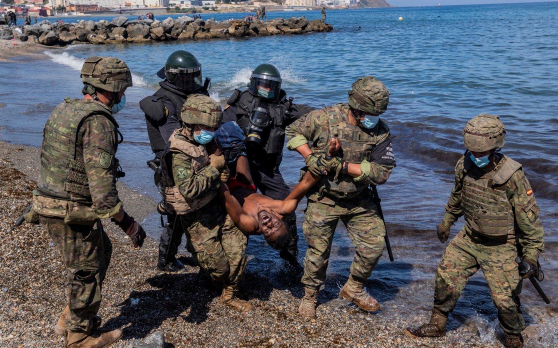 El ejército de España se despliega a su frontera con Marruecos por la entrada de 8 mil inmigrantes