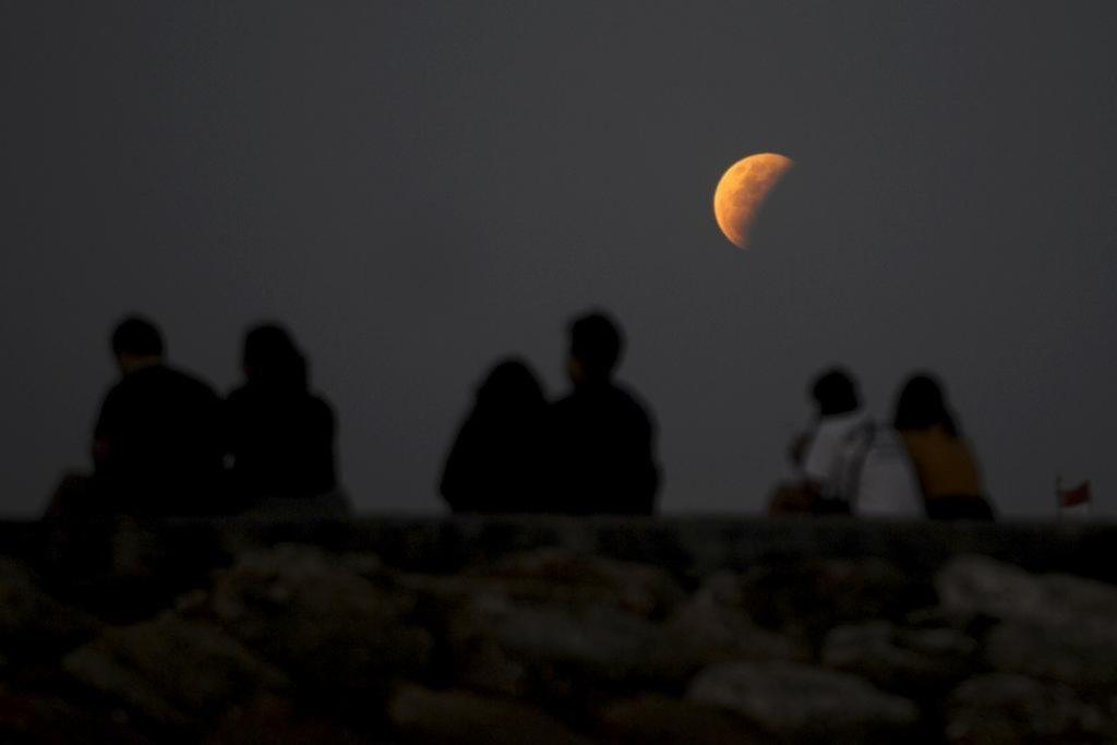 El cielo en imágenes: luna llena y eclipse