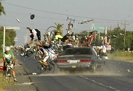 Atropelló a pelotón de ciclistas