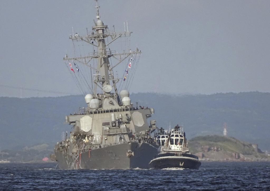 Buscan a siete marinos luego de un choque naval