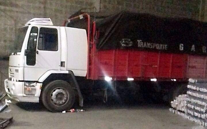 Recuperan en Lomas de Zamora 23 toneladas de tela robada por piratas del asfalto