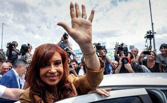 Cristina encabeza un acto entre versiones sobre su lanzamiento