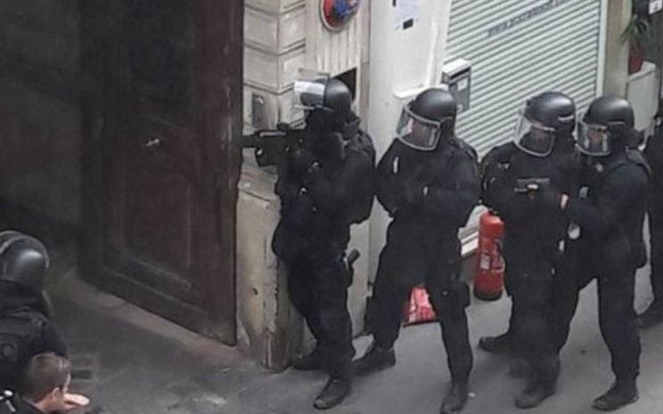 Policía libera ilesos a dos rehenes y detiene a captor en París