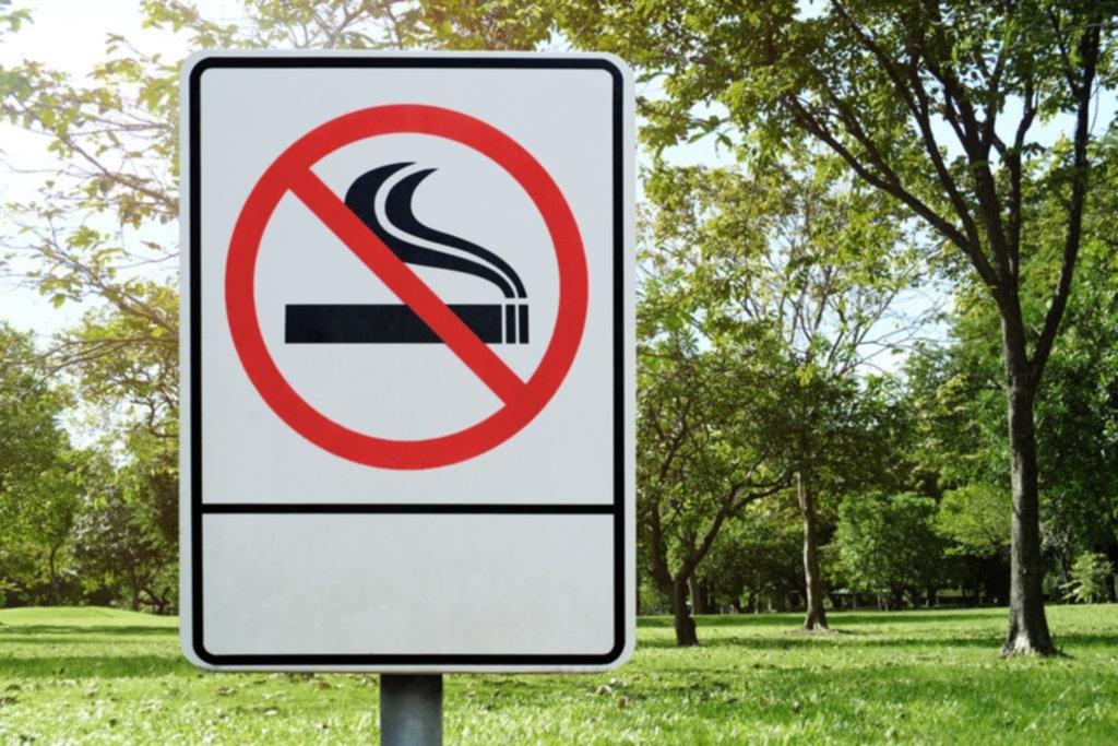 Ahora proponen que tampoco se pueda fumar en las plazas