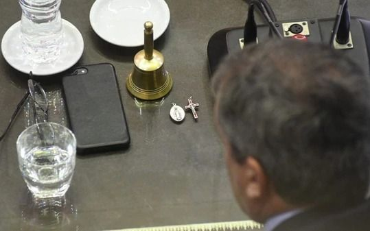 ¿Voto cantado? La cruz sobre el escritorio de un actor clave de la decisión histórica