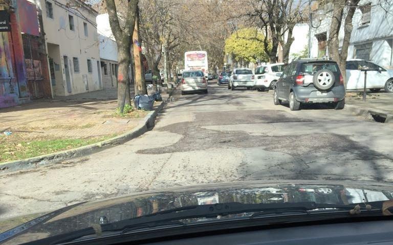 Quejas en el barrio El Dique por los profundos pozos