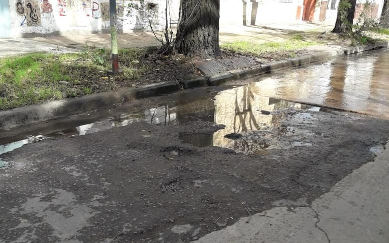 Calle intransitable en el barrio Hipódromo: baches y lagunas