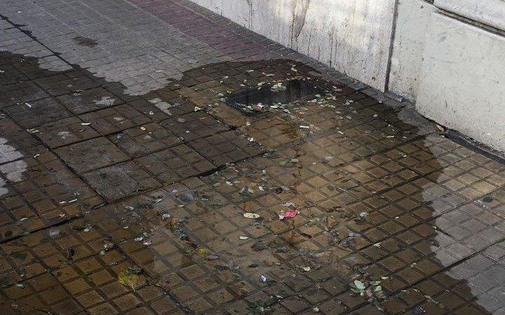 Malestar por una persistente pérdida de agua en pleno centro