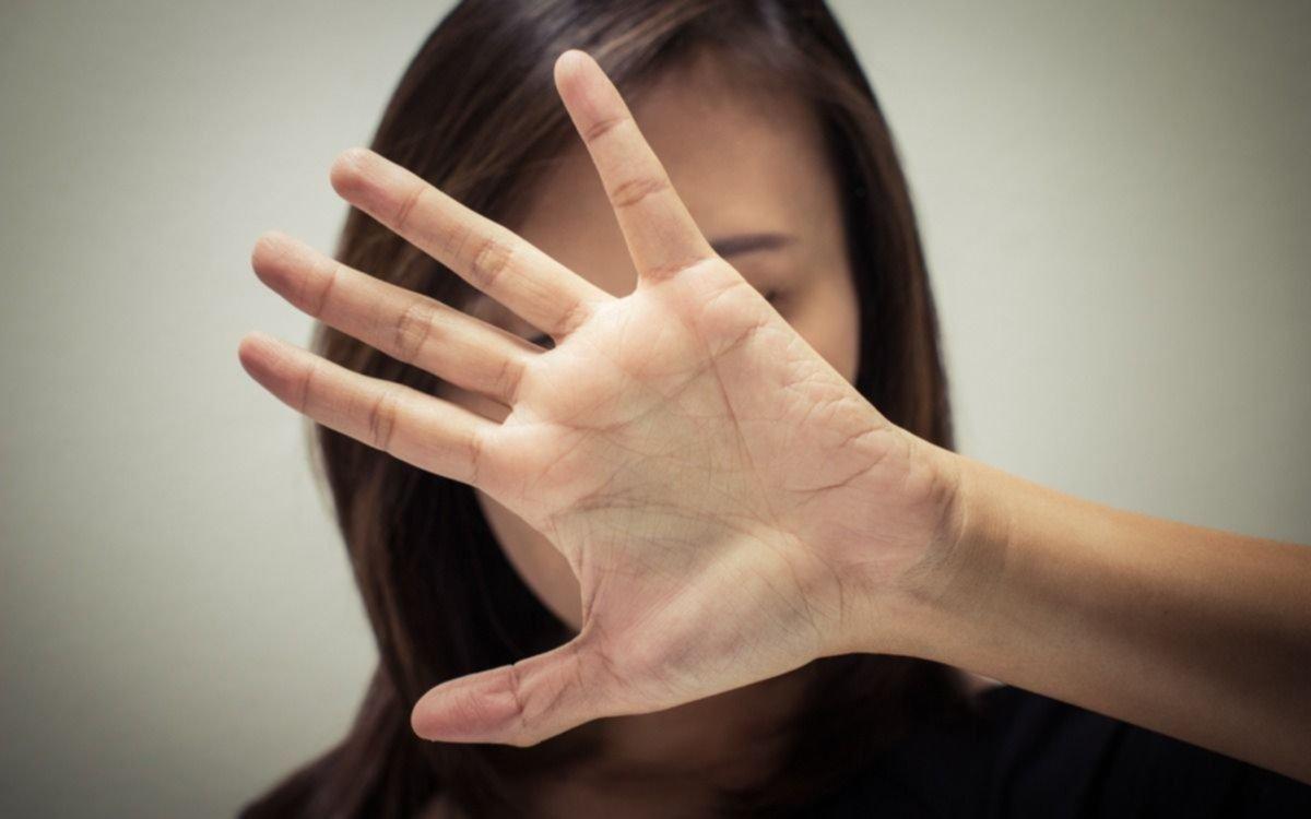 Una chica denunció que un conocido la violó en la calle tras golpearla y que quiso raptarla
