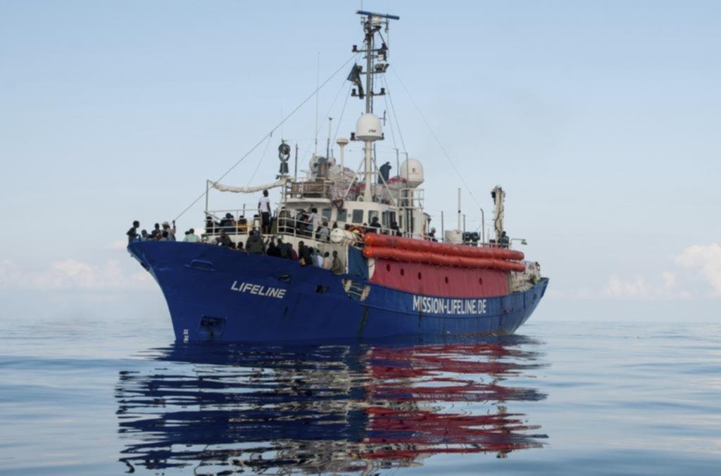 Nave Lifeline con 234 inmigrantes a bordo atracará en Malta