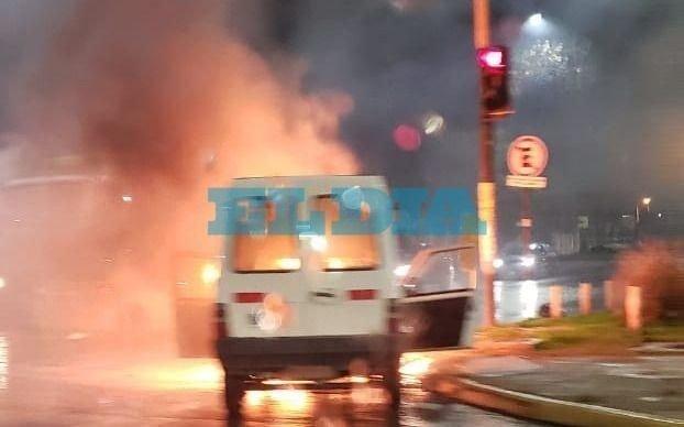 Ardió un vehículo  en pleno 7 y 520 y asustó a todos