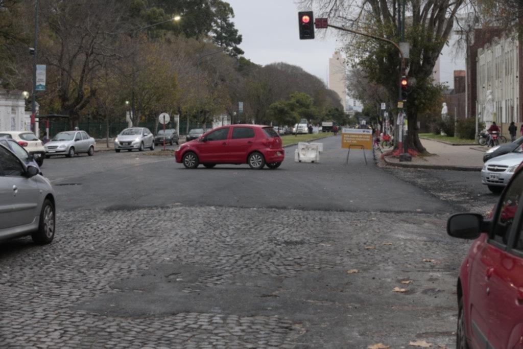En distintos frentes de obra, el asfalto sepulta más cuadras de adoquinado en La Plata