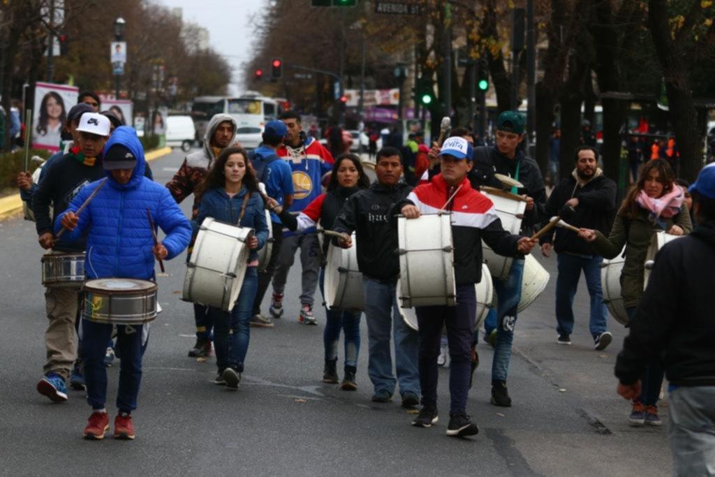 Cooperativistas y una ruidosa protesta en pleno centro por salarios atrasados