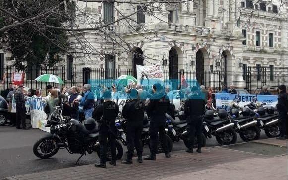 Jubilados realizan piquete frente a Gobernación