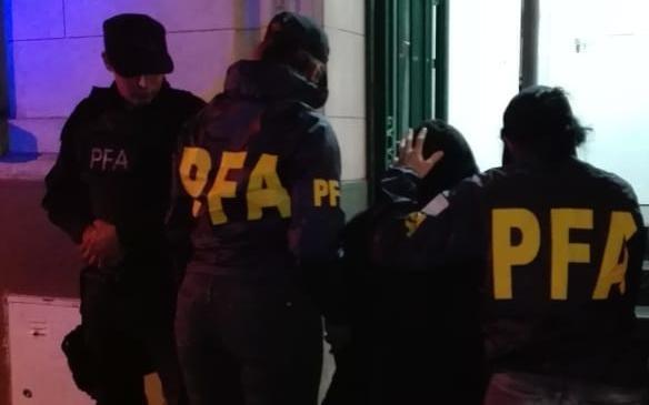 Una mamá detenida por distribuir imágenes pornográficas de su hijita por pedido de la Justicia de La Plata