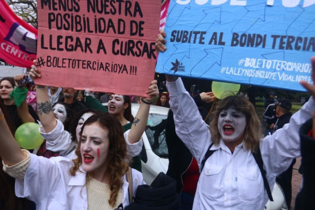 Nutrida y ruidosa protesta por la plena implementación del boleto estudiantil gratuito