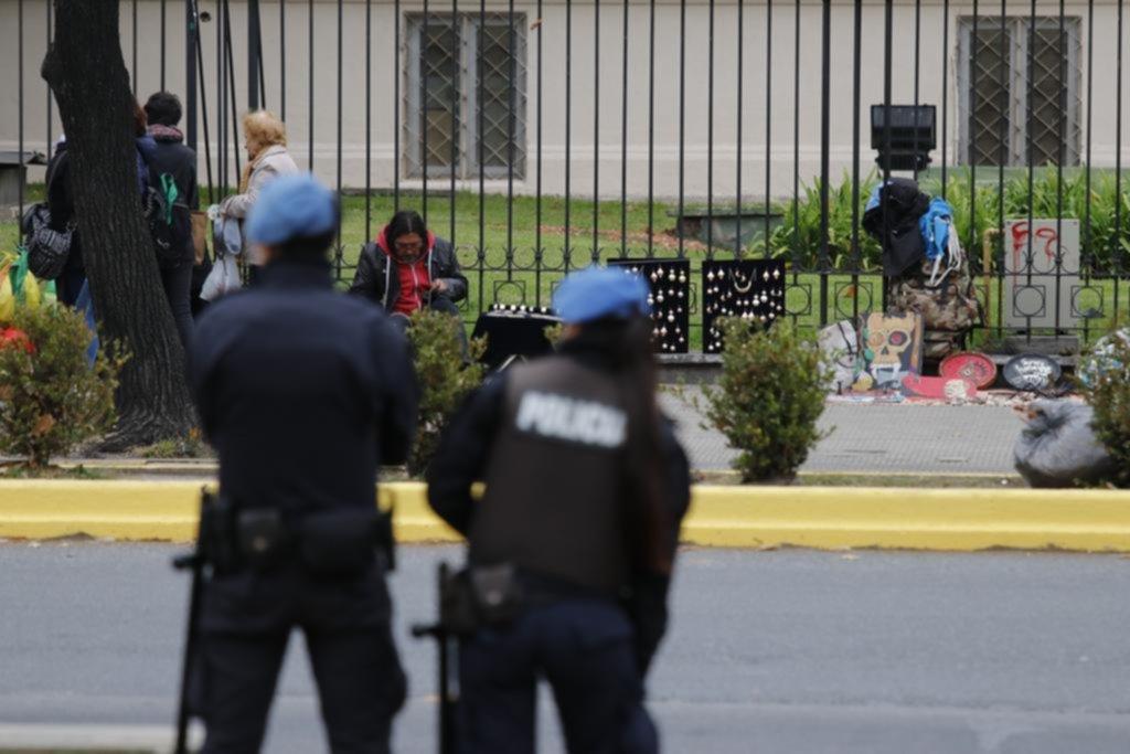 "La plaza San Martín lleva una semana ""blindada"" pero la venta ilegal resiste"