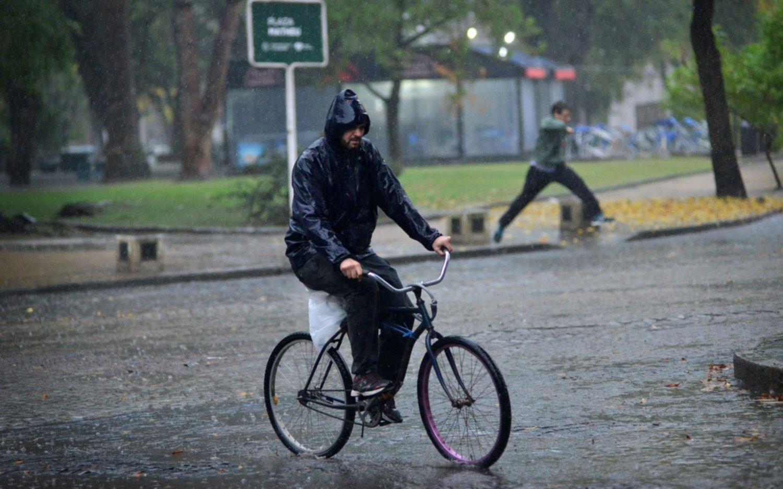 """Sábado nublado y con lluvias: ¿cómo seguirá el resto del """"finde"""" largo?"""