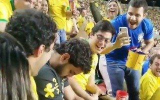 Insólito: el hincha brasileño que se quedó dormido en pleno partido inaugural