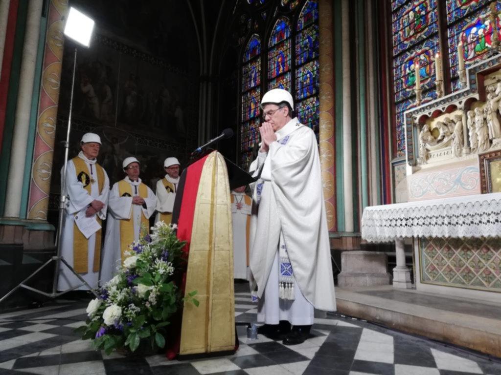 Sacerdotes con cascos de obra y pocos feligreses: Notre Dame volvió a celebrar una misa