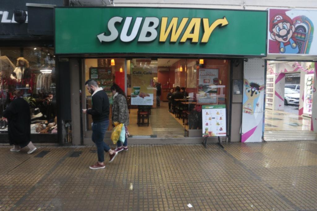 Compraron sandwiches, los pagaron y volvieron luego, pero para asaltar