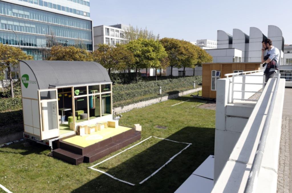 """Un hombre observa el Nuevo Estudio de Trabajo, un """"think tank"""" móvil, parte de un proyecto de la Tiny House University en el Bauhaus Archive Museum of Design en Berlín, Alemania. EFE/EPA/FELIPE TRUEBA"""