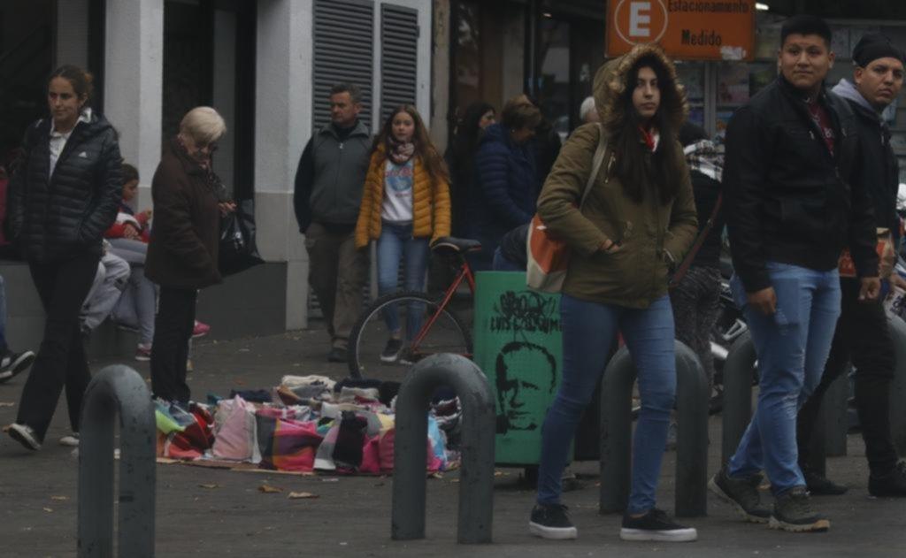 De mal en peor: la venta callejera ilegal en la Ciudad crece todos los meses