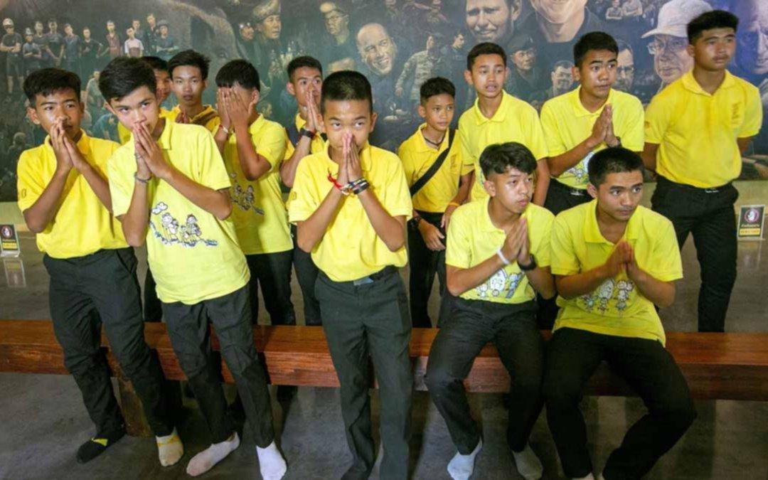 """Los """"niños de la cueva tailandesa"""" hicieron un ritual para agradecer a un año de su rescate"""
