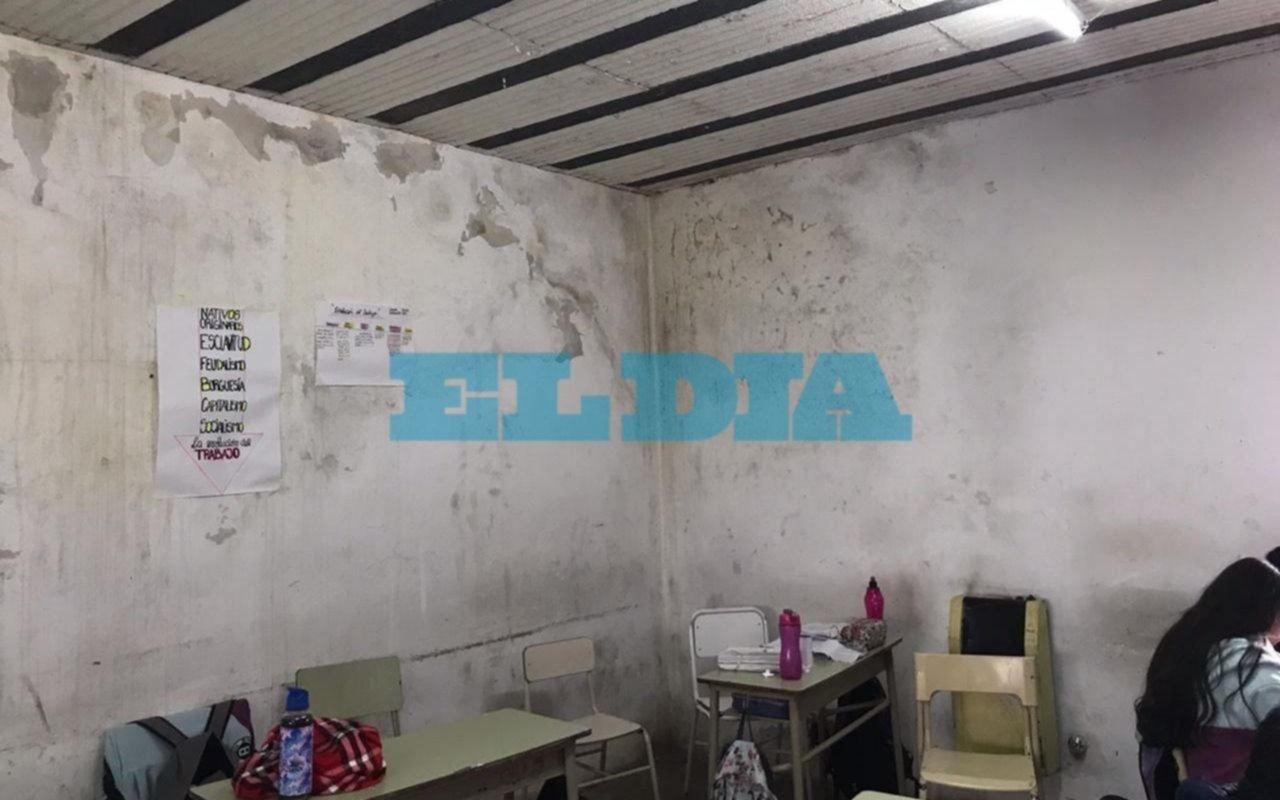 Sentada en un colegio de Hernández para reclamar por las condiciones edilicias