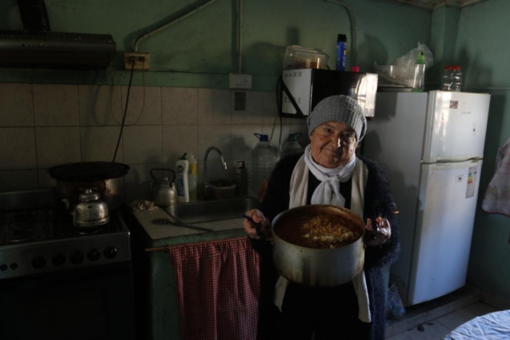 Hacen malabares para cocinar en un comedor comunitario