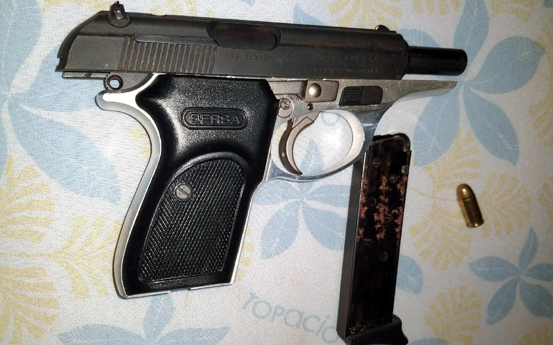 Mostraba su arma reglamentaria y se le escapó un tiro que fue a dar en el pecho de su hermano