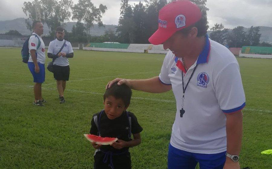 Troglio ya se hace querer en Honduras: el gran gesto con un niño fanático de Olimpia