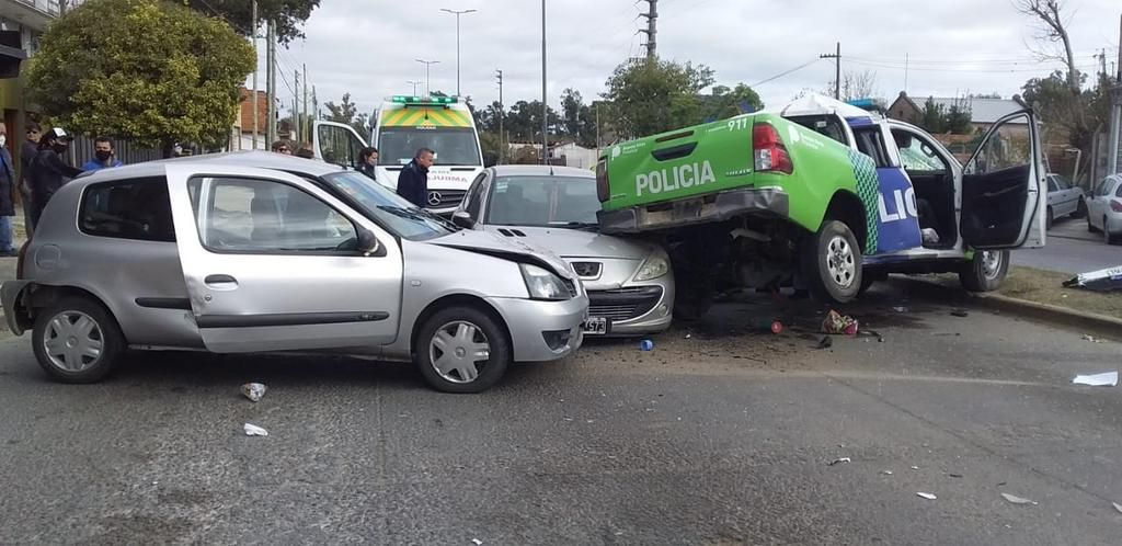 Triple choque en una esquina de San Carlos, con una bebé y una agente policial heridas