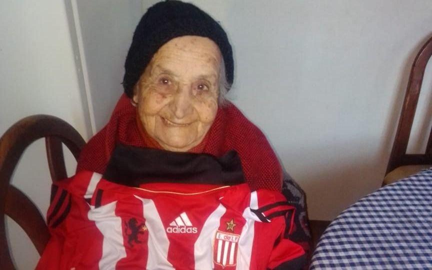 Cumple de 101 años: lo festejó con una torta y la camiseta de Estudiantes