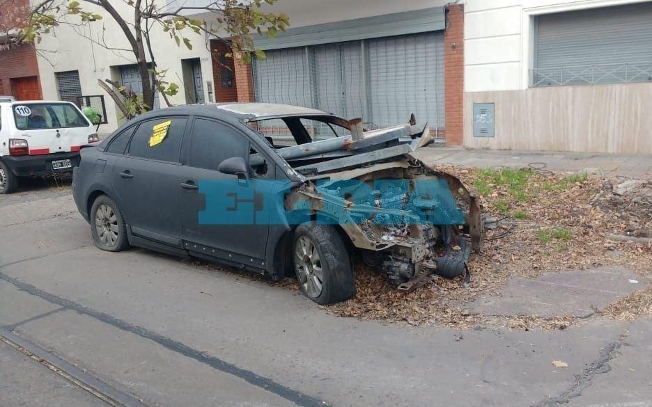 """Hartazgo vecinal en El Mondongo por un auto abandonado: """"ocho meses reclamando y nada"""""""