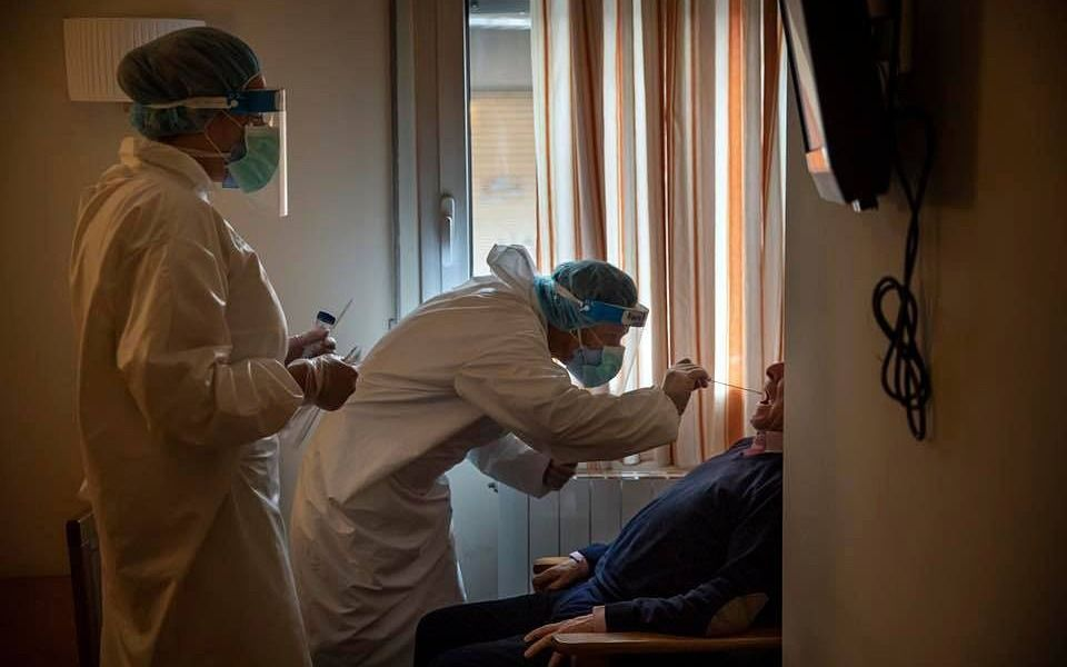 Récord de contagios en Argentina: 904 casos en un día