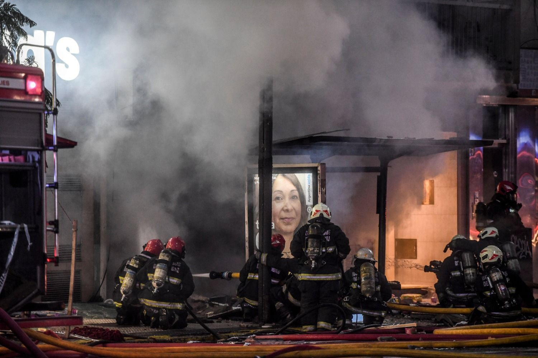 VIDEO. Dos bomberos muertos y 6 heridos por explosiones e incendio en un edificio porteño