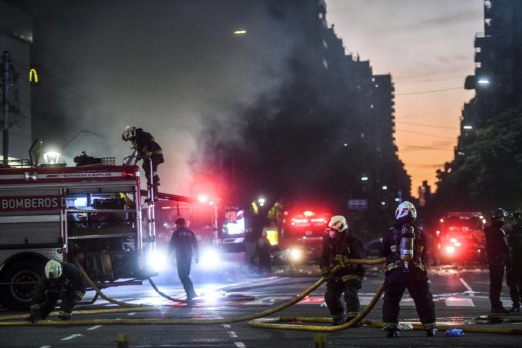 Dos bomberos muertos y seis heridos por dos explosiones en una perfumería