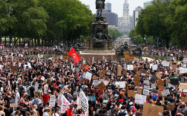 Multitudinaria protesta contra el racismo en Washington, mientras Floyd fue despedido en su ciudad