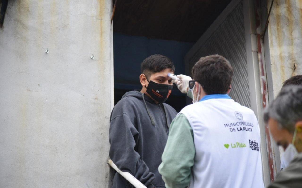 Operativos en Tolosa, Los Hornos y Villa Castells para hallar casos sospechosos de COVID-19