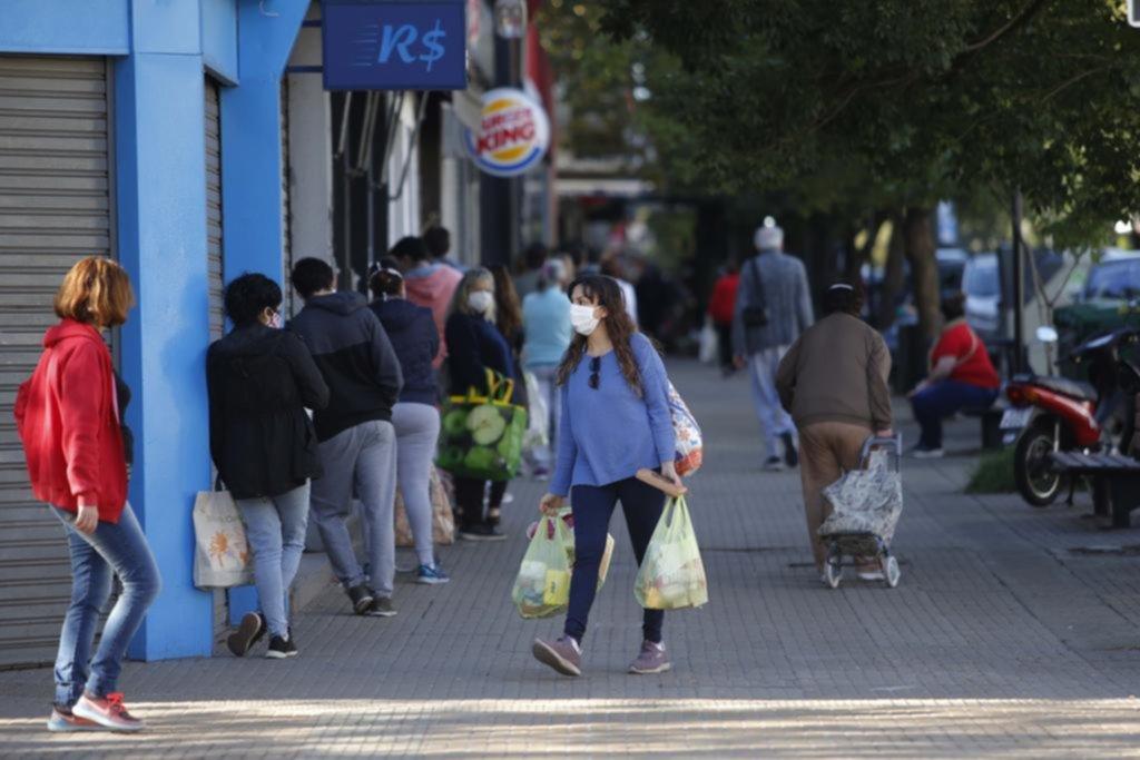 La Plata en imágenes: largas esperas al aire libre