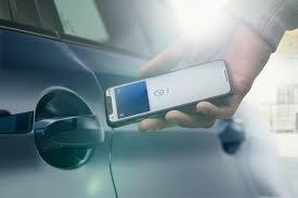 El teléfono también sirve para abrir y darle arranque al auto