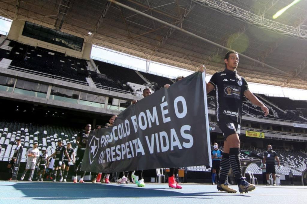 Previo al partido, Botafogo protestó contra la vuelta del fútbol en Brasil y el racismo