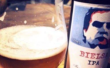 De locos: homenajean a Marcelo Bielsa con una marca de cerveza