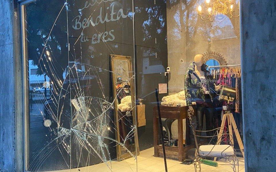 A patadas rompieron los vidrios de un local de ropa en diagonal 73 y 61