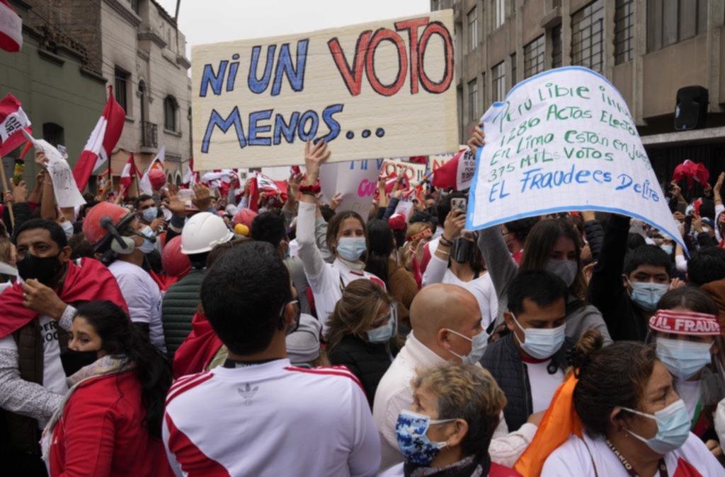 Fujimori busca anular votos de su rival y hay tensión en Perú